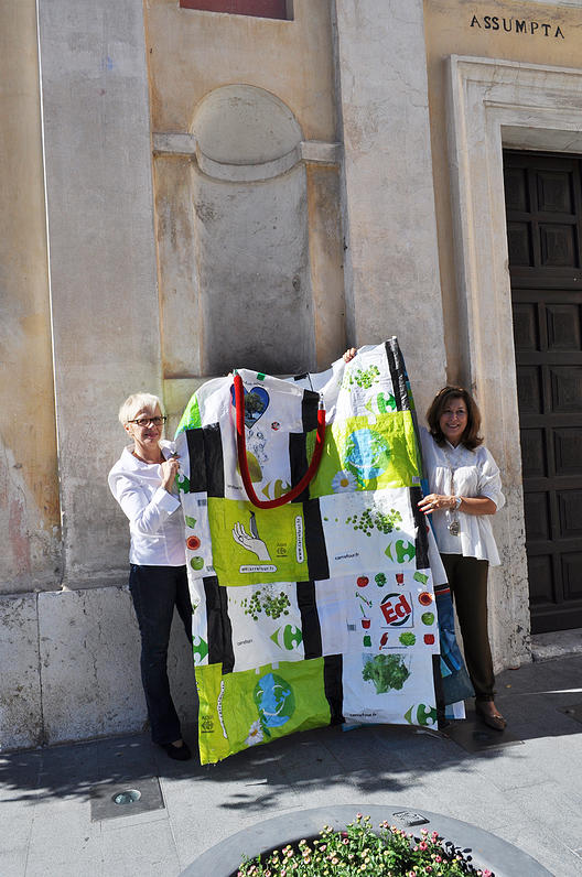 Giant bag created by Mireille Gaspard and Marie-France Bergerot - Copyright photo : Thierry Production